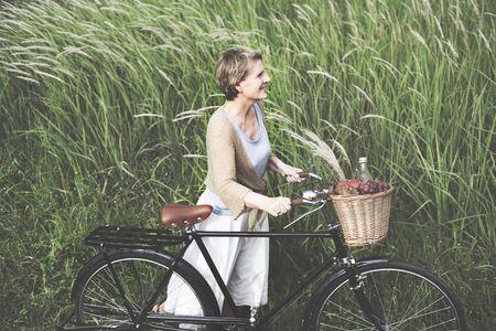 frescura: Mujer mayor de bicicletas Despreocupado Frescura Concepto Pacífica