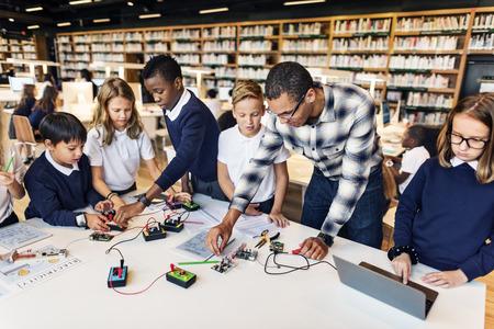 Bildung School Student Schaltung Strom Transistor Konzept Standard-Bild