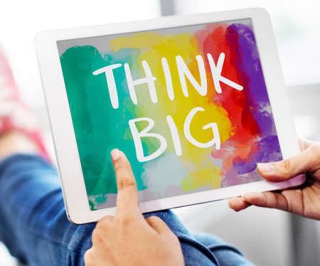 optimismo: Piense actitud grande inspiraci�n creativa Concepto optimismo