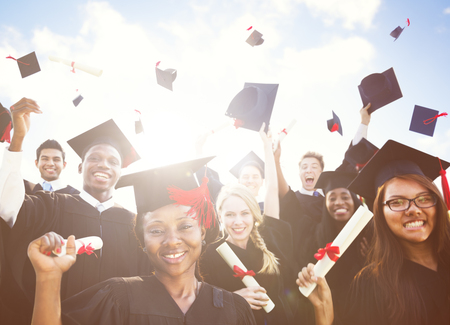 Estudiantes en toga de graduación y junta de mortero.