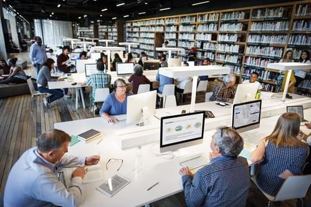 biblioteca: Educación Internet concepto de biblioteca del ordenador Académico Foto de archivo