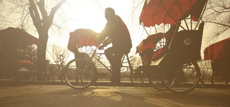rikscha: Man Riding a Rickshaw China Concept Lizenzfreie Bilder