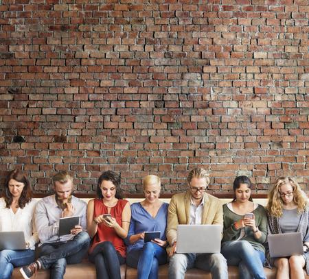 připojení: Rozmanitost Lidé Připojení Digital Devices prohlížení Concept