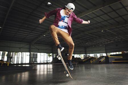Skateboarden Praxis Freestyle Extreme Sports Konzept Standard-Bild