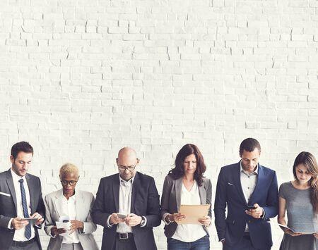 mujeres juntas: Concepto de conexión de dispositivos de negocios Personas Corporate Meeting Digital Foto de archivo
