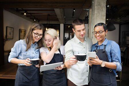 Amigos que hablan Cafetería Trabajador Concept