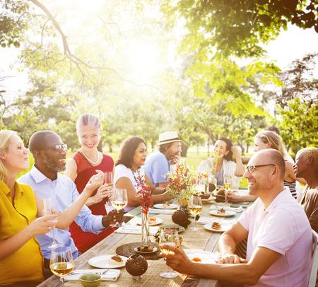 Freunde Freundschaft Essen im Freien Menschen Konzept