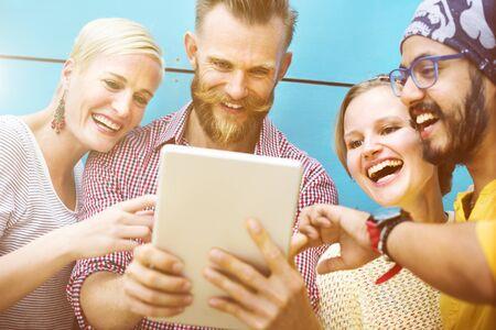 socializando: Grupos Personas Chateando Interacci�n Socializar Concepto