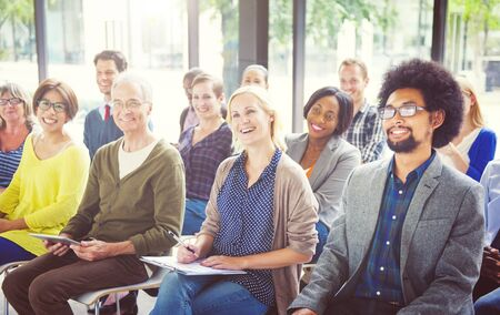 personas escuchando: Las personas alegres y diversos Escuchar Foto de archivo