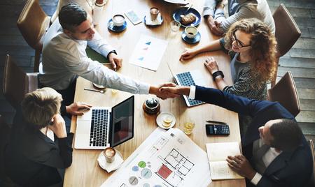 Bedrijfsmensen die Besprekings Collectief Handdrukconcept ontmoeten