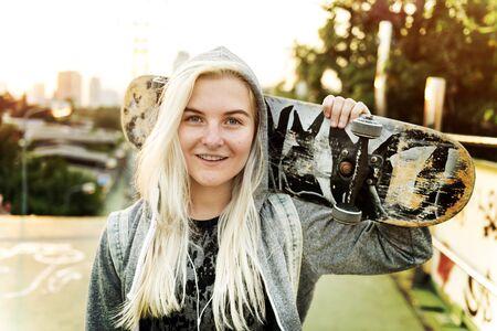 escucha activa: Mujer joven patinador pie Concepto Activo