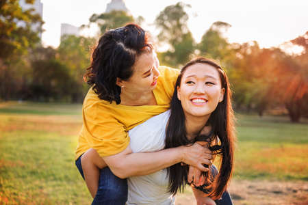 carino: Hija de la madre adorable afecto Concepto Vida Casual Foto de archivo