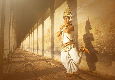vestidos de epoca: Aspara bailarines en Angkor Wat Concept Foto de archivo
