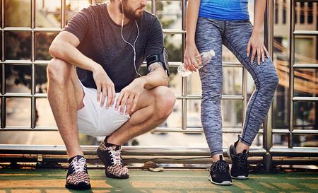 escuchando musica: Concepto Ejercicio pareja atleta deportivo del verano junto Foto de archivo