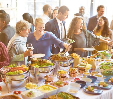 Verschiedenartigkeits-Leute genießen Buffet-Party-Konzept