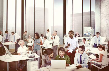 personas trabajando: Grupo multiétnico de la gente que trabaja en la Oficina