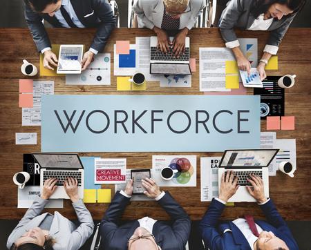 Concept de main-d'œuvre avec des personnes sur des appareils numériques
