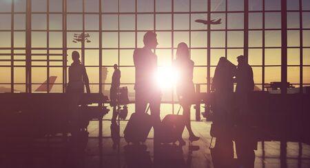 gente aeropuerto: Contraluz Business People Viajando Aeropuerto Concepto de pasajeros