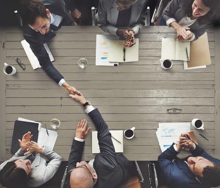 reuniones empresariales: Reunión del Equipo de negocios Lluvia de concepto corporativo