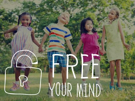 niño saltando: Su conocimiento de la mente libre de Actitud Foto de archivo