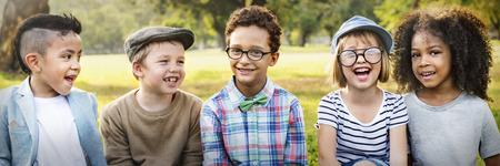 Enfants jouant Chaeerful Parc extérieur Concept