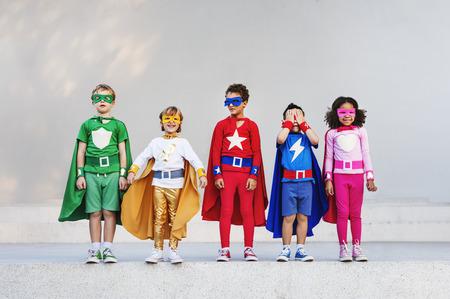 Supereroi bambini Amici che giocano Insieme concetto di divertimento