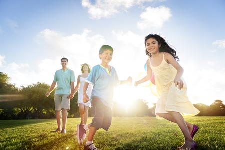Vinculación Alegre familia Niños Concepto Amor Crianza