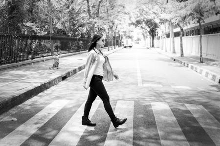 paso de peatones: Woman Sightseeing Walking Crosswalk Lifestyle Concept Foto de archivo