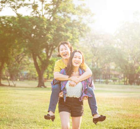 afecto: Hija de la madre adorable afecto Concepto Vida Casual Foto de archivo