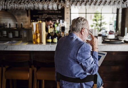 night club: L'uomo maggiore Hangout Bere alcol Night Club Concetto