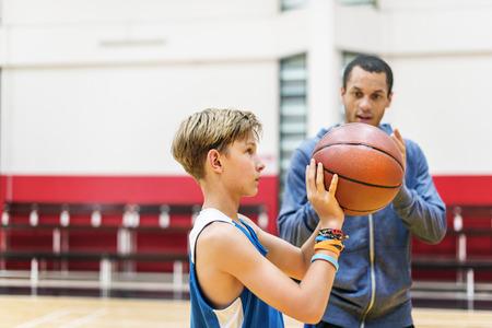 ゲームのコンセプトをトレーニング チームのチームワークのバスケット ボール