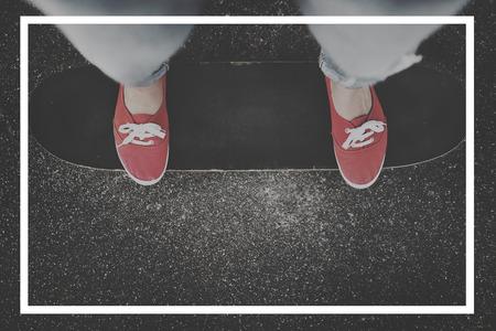 스케이트 보드에 서 있는 사람의 상위 뷰