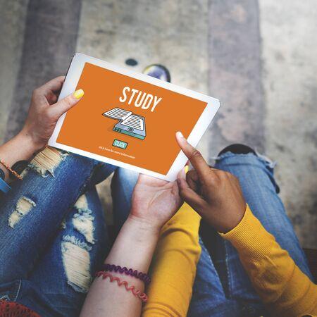 persona leyendo: Estudio de Educación Aprendizaje Conocimiento Sabiduría Insight Concept
