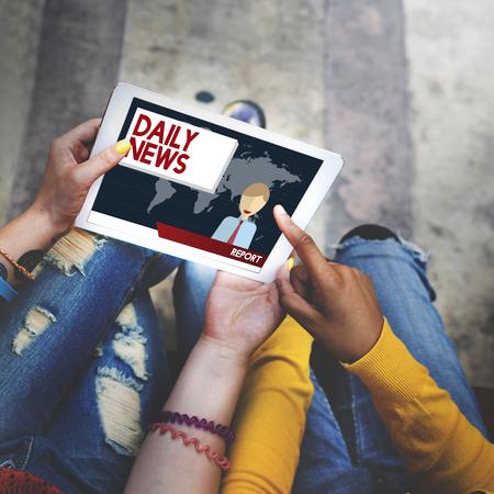 personas leyendo: Anuncio diaria concepto de noticias informe de comunicación Foto de archivo