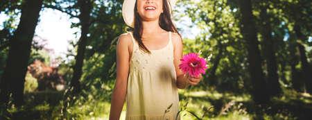 refrescar: Pequeña niña de las flores de la felicidad sonrisa juguetona Concepto de verano