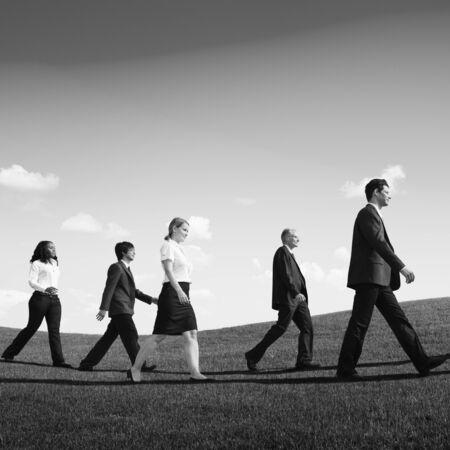 gente exitosa: La gente de negocios caminar al aire libre el camino a seguir