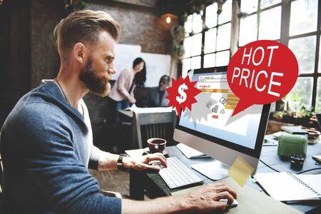 personas trabajando en oficina: Descuento de la separación Precio caliente concepto de promoción
