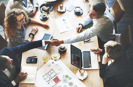 Geschäftsleute Treffen Diskussion Nehmenshandshake-Konzept