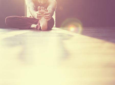 L'uomo Pratica di yoga Pose Concetto di formazione Archivio Fotografico - 58613127