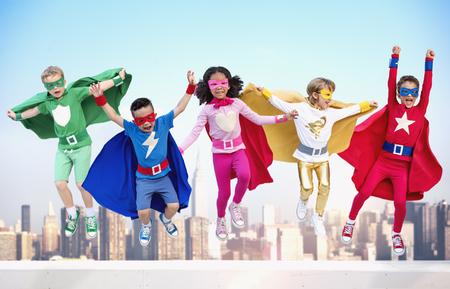 スーパー ヒーローの子供友達一体楽しいコンセプトを再生