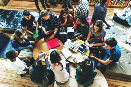 Les étudiants Bibliothèque Campus Education Concept Connaissance