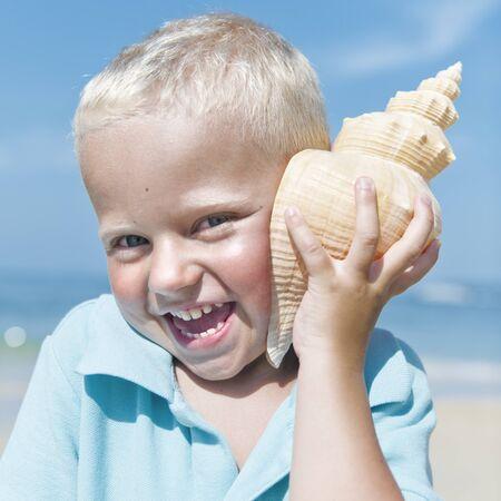 adolescencia: Poco Concepto La luz del sol de verano la playa del muchacho Adolescencia Foto de archivo