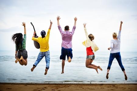Nastolatki Znajomi Beach Party koncepcja szczęścia