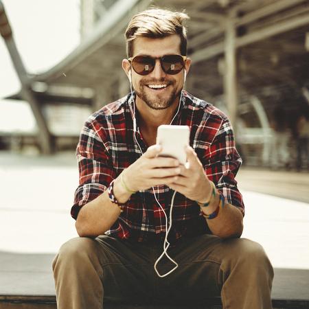 jovenes felices: Hombre que se sienta escucha de la música Auriculares Concept
