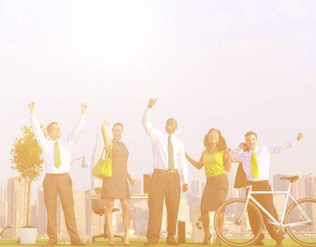 gente celebrando: la gente de negocios la celebraci�n de verde. Foto de archivo