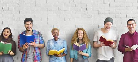 Diverse Mensen Boeken lezen Study Concept Stockfoto