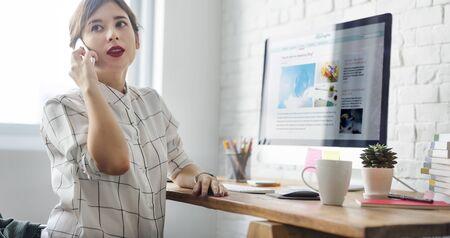 Femme de travail Utiliser l'ordinateur Parler Téléphone Concept