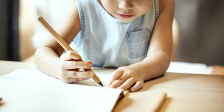 hijos: Pintura Offspring Actividad Concepto Imaginaci�n ocasional de la muchacha Foto de archivo