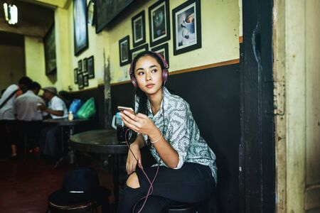 personas escuchando: Concepto Music Girl Canción lista de reproducción Escuchar Conexión