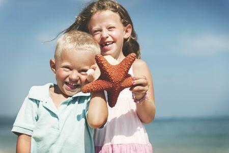 adolescencia: Playa de las estrellas de mar Niño rubio lindo concepto del mar Adolescencia Foto de archivo